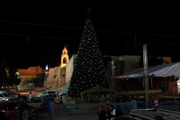 بيت لحم تطفىء شجرة الميلاد في ساحة المهد حدادا على الشهيد ابوعين