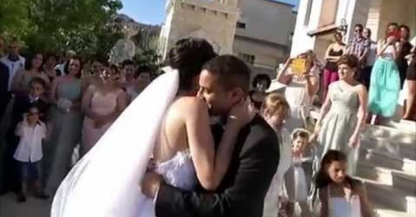 عروس لبنانية تدهش الحضور بغنائها لزوجها