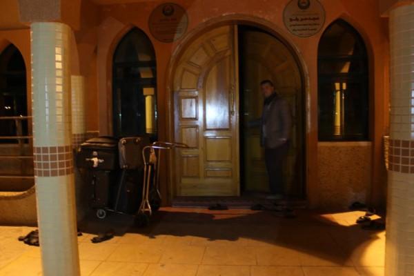 استمرار اغلاقه يفاقم معاناة الغزيين ... مواطنون يتخذون من مسجد معبر رفح مبيتا لهم