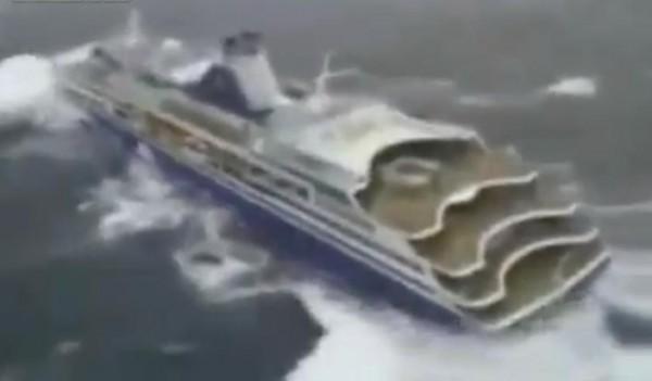 سفينة سياحية تتعرض لعاصفة وأمواج ضخمة وسط المحيط