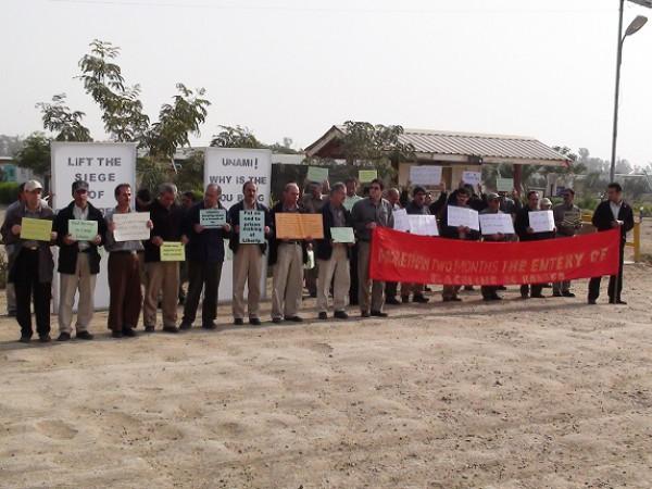 فيديو .. سكان مخيم ليبرتي يحتجون على منع دخول البنزين