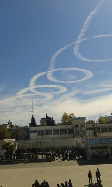"""شاهد الصور… طائرات حربية إسرائيلية ترسم """"علامات الحرب"""" فوق سماء غزة ؟!"""