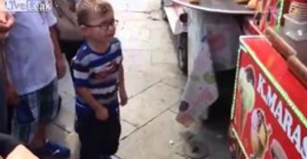 طفل يفقد أعصابه بسبب بائع آيس كريم