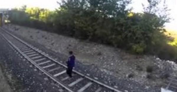 """""""مراهق"""" يتحدى قطارًا مسرعًا بإلقاء نفسه أمامه"""