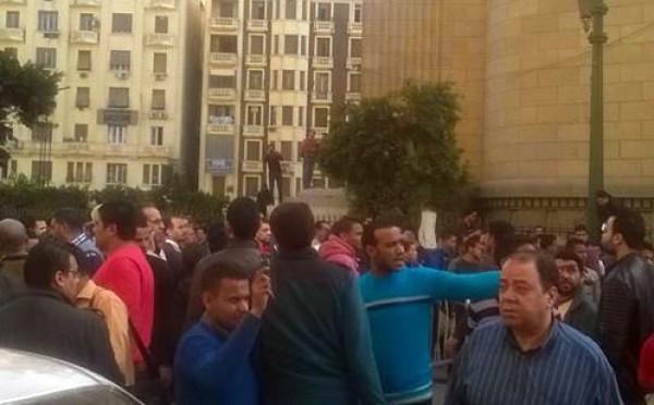 """بالفيديو : مقتل مصري وعدة اصابات في تفجير امام """"دار القضاء العالي"""" بالقاهرة"""