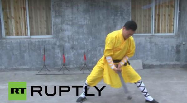 قوة خارقة لأحد لاعبي الكراتيه الصينين