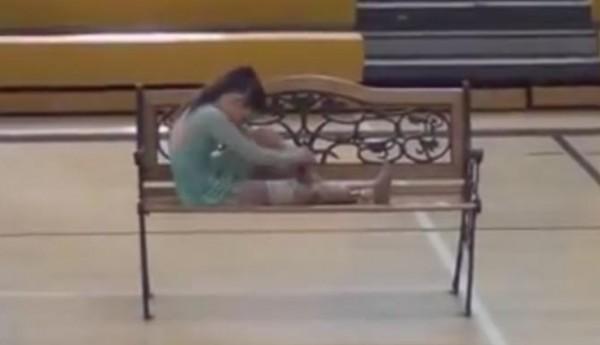 مقطع مؤثر لطفلة ترقص بقدم صناعية