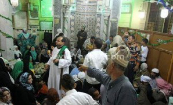 رقص وطبل داخل مسجد مصري والمذيع في حالة صدمة