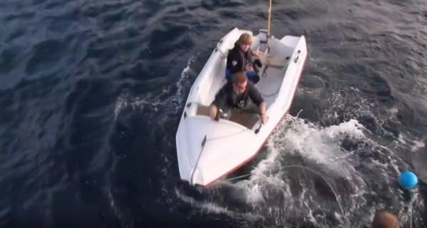 فيديو.. لحظات مرعبة لهجوم قرش ابيض على قارب صغير