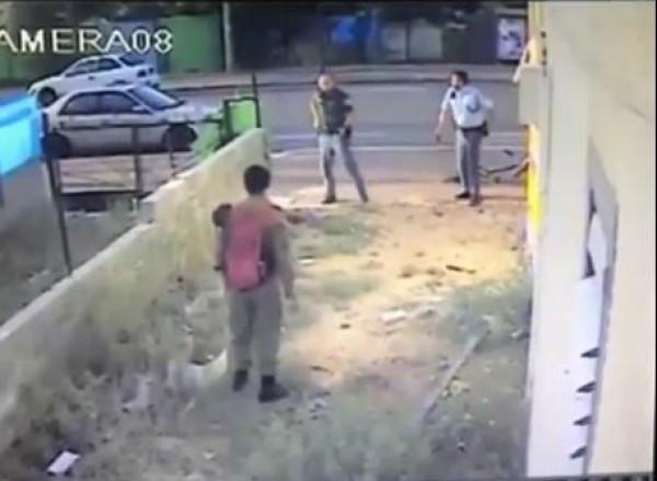 فيديو: شرطي إسرائيلي يضرب أحد الجنود