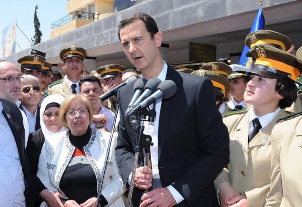 """صور: بشار الأسد يرد على اشاعات مقتله.. أردوغان """"السفاح"""" هو من يقوم بعمليات الإعدام"""