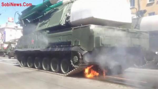 بالفيديو اندلاع حريق بمركبة منظومة دفاع جوية خلال العرض العسكري بموسكو