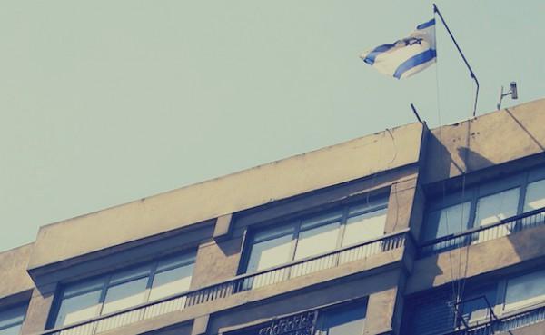 """فيديو: رد فعل """"الجيران"""" لحظة افتتاح السفارة الإسرائيلية بالقاهرة عام 1980: صراخٌ وبكاء"""