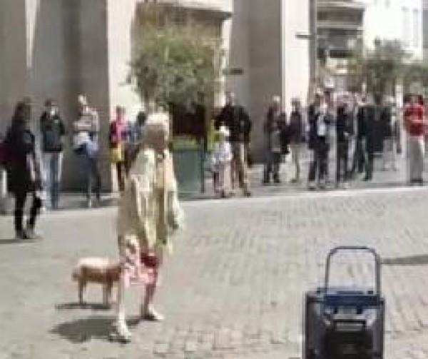 فيديو: عجوز كبيرة في السن ترقص في وسط الشارع بحيوية ورشاقة