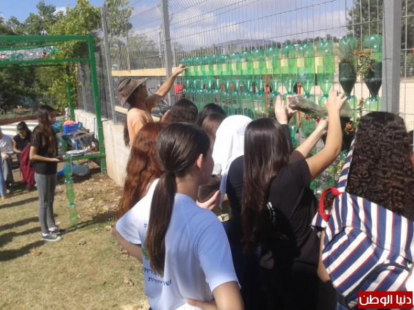 طلاب مدرسة كفر كما يحوّلون حائط مدرستهم الى حائط أخضر