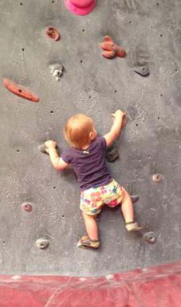 طفل يتسلق جدار بدون أي نوع من حبال الحماية