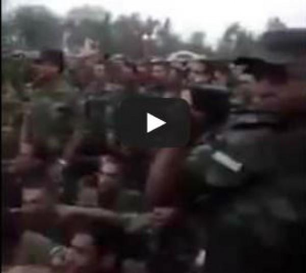 ضابط في الجيش المصري يلقن جنود القوات المسلحة الشهاده