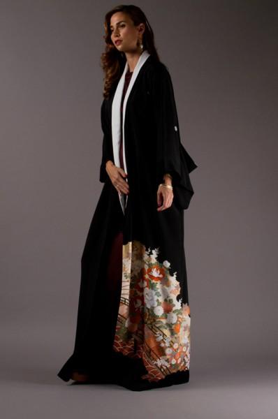 cf8615cc7 عبايات تشي كا CHI-KA تمزج الثوب الأسود التقليدي بالكيمونو الياباني ...
