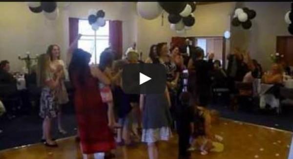 فيديو: سيدة تلقي بابنها على الأرض لالتقاط ورد العروس