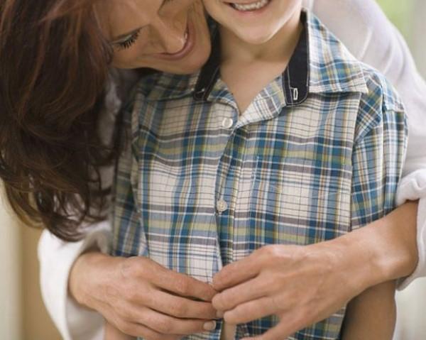 تساعد طفلك ارتداء ملابسه المدرسية 9998617276.jpg