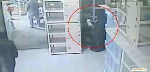 فيديو: فتاة منقبة تسرق قط وتخفيه اسفل ملابسها