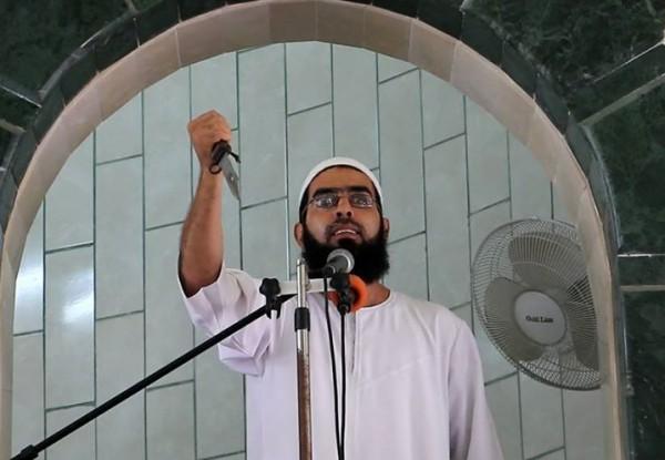 شاهد: أحد خطباء المساجد في غزة يشهر السكين وسط الخطبة