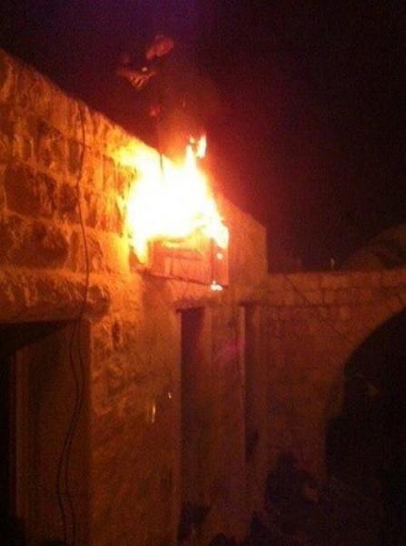 فيديو وصور:مئات الشبان الغاضبين يشعلون النيران في قبر يوسف ويرفعون العلم الفلسطيني بالمكان(محدث)