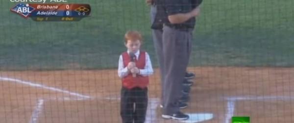 """بالفيديو  طفل يؤدي النشيد الوطني الاسترالي رغم """"الحازوقة"""""""