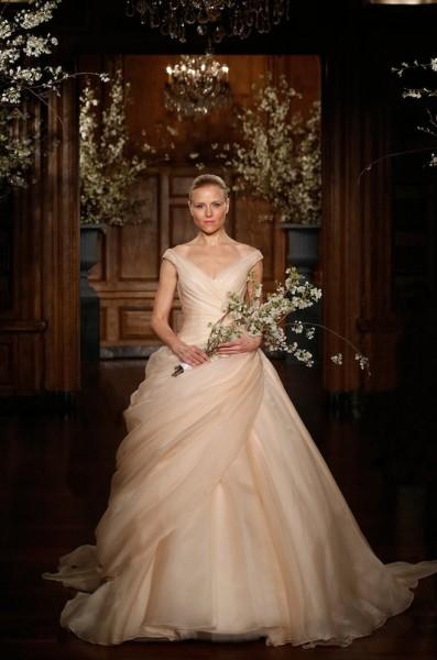 6c81e7bac بالفيديو .. «الأوف وايت» أحدث ألوان فساتين زفاف 2016 | دنيا الوطن