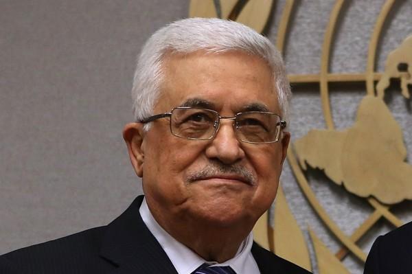 بالصور: الرئيس الفلسطيني محمود عباس يكرم إعلامي لبناني شهير ويمنحه جواز سفر فلسطيني
