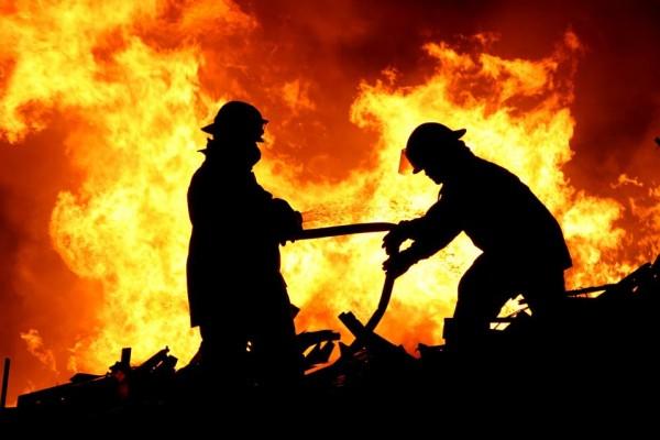 السيطرة حريق البسطات 9998742479.jpg