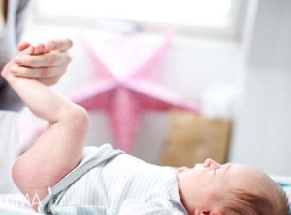 براز طفلي الرضيع أخضر.. هل هذا خطر؟