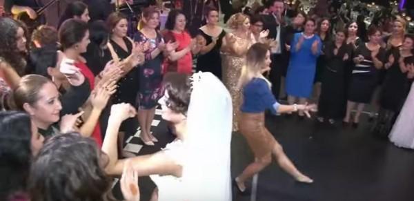 تركية تتحدى العروس بالرقص الشرقي بشكل لا يصدق