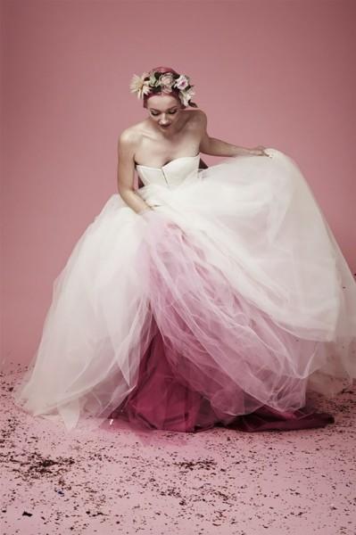 20428e1205f1a بالصور.. فستان زفاف بذيل ملون أحدث صيحة في عالم الموضة