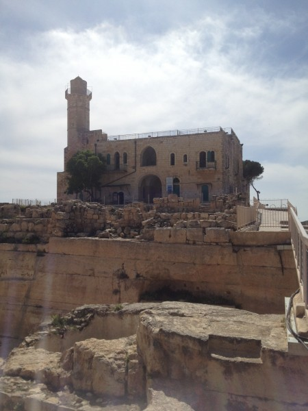 """قرية النبي صموئيل : بنى مسجدها """"الظاهر بيبرس"""" - نزوج جماعي بسبب اجراءات الاحتلال و250 شخص فقط يسكنوها !"""