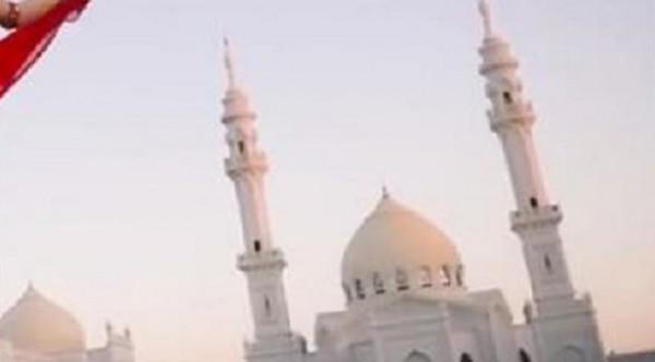 مسلمو روسيا ينجحون في الضغط على مغنية لإزالة رقصتها أمام مسجد