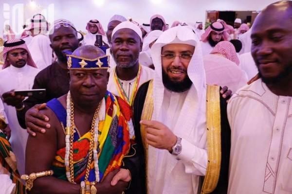 """إمام الحرم المكي يهدي أمراء غانا """"مشلحه"""" بعد إسلامهم وإتمامهم الحج"""