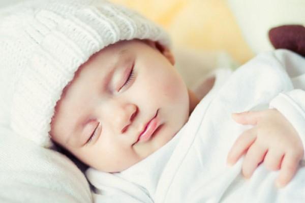 هل يحتاج الطفل الرضيع إلى النوم على ظهره؟