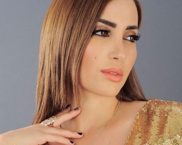 فستان نسرين طافش الأبيض يشغل جمهورها وسعره شغل النساء