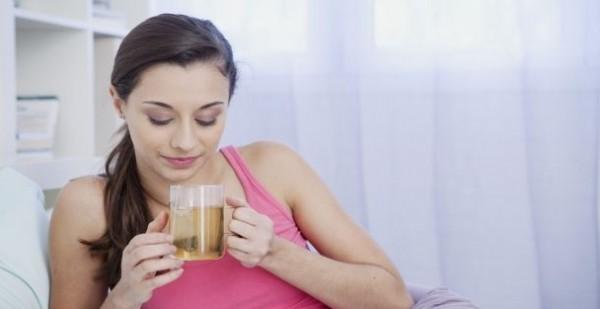 للأم المرضعة.. نصائح عند تناول المشروبات العشبية