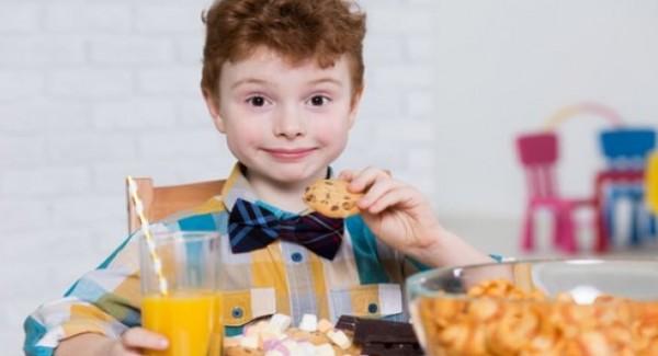 هل يرتبط فرط الحركة بما يتناوله صغيري من طعام؟