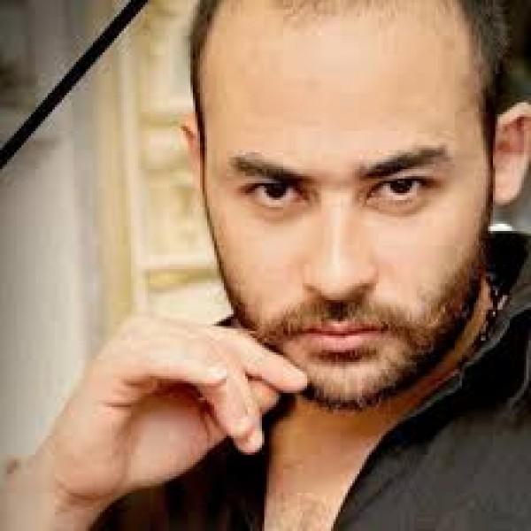 صورة الممثل أحمد رافع بجانب قبر ابنه محمد تُشعل الفيسبوك!