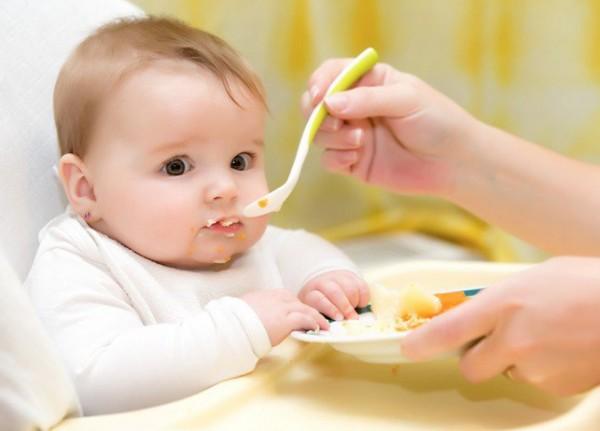 تقدمين الطعام الصلب لطفلك! 9998789578.jpg