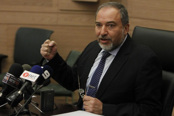 ليبرمان: ميناء ومطار وتوفير فرص عمل لغزة مقابل الأنفاق والسلاح