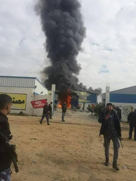 صور.. إصابة 3 رجال إطفاء في حريق مصنع شمال غزة