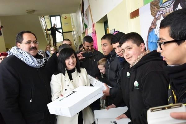 د. صيدم: الوزارة بصدد توزيع (4) آلاف جهاز ذكي للمدارس