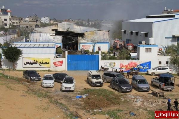 بالفيديو والصور.. السيطرة على حريق مصنع الشيبس شمال القطاع
