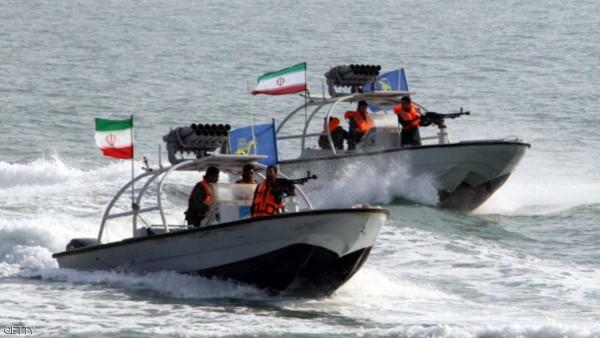سفينة أميركية تغيّر مسارها بعد اقتراب زوارق إيرانية