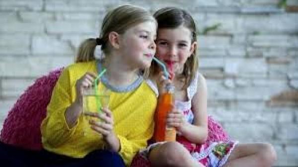 المشروبات المحلاة بالسكر خطر على كبد الطفل