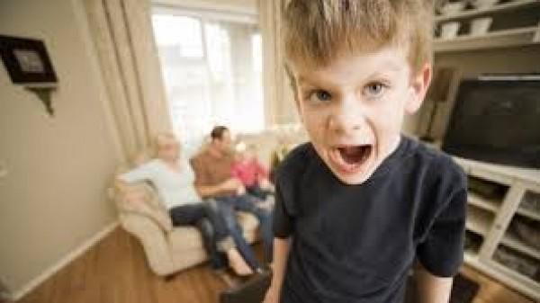 هكذا اضبطي سلوكيات الطفل الغاضبة